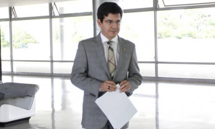 Senadores entregam carta com pedido de renúncia de Dilma