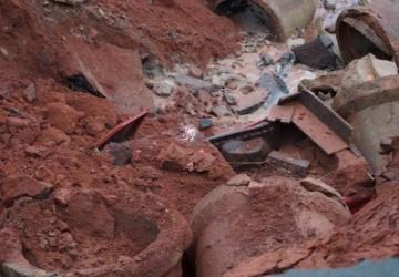 Chuva destrói asfalto e um carro cai na cratera