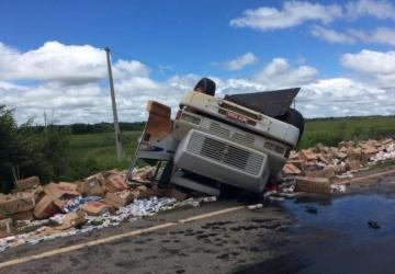 Motorista morre após caminhão carregado com cigarros capotar