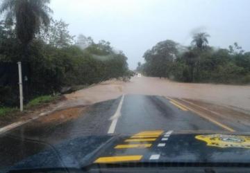Rio transborda, invade rodovia e provoca congestionamento