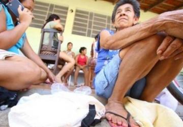 Vítimas da enchente esperam rio baixar para recomeçar a vida