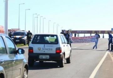 Protesto conta paralisação de obra faz 'pare e siga' em pedágio