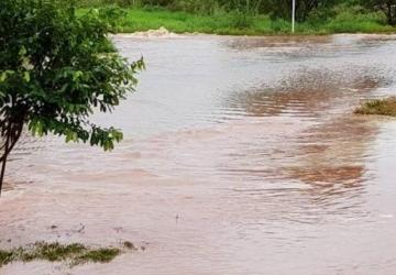 Enxurrada invade casas e transforma avenidas em rios