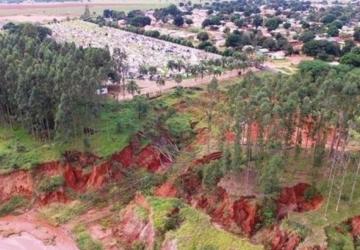 Após investimento milionário, erosão ameaça cemitério