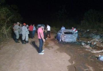 Homens ateam fogo em carro com um cadáver