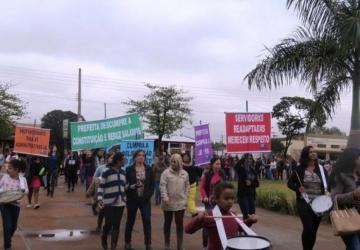 Professores iniciam greve por tempo indeterminado