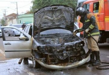 Fogo destrói veículo e trânsito fica tumultuado