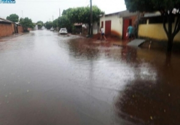 Chuva impacta ruas e causa alagamento