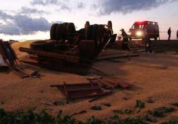 Motorista morre em caminhão tombado com milho