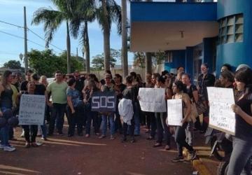 Funcionários de hospital protestam contra escalonamento de salários